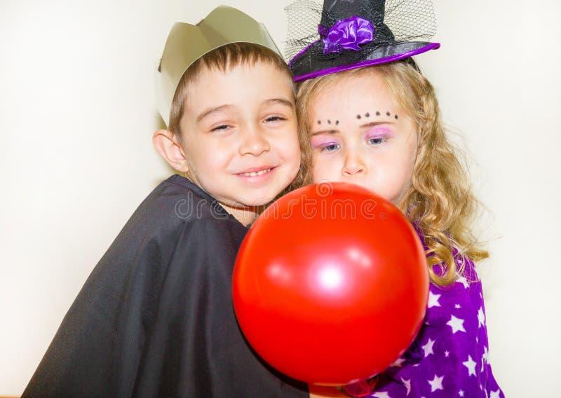 Dos niños divertidos que llevan el traje de la bruja y del vampiro el Halloween fotografía de archivo