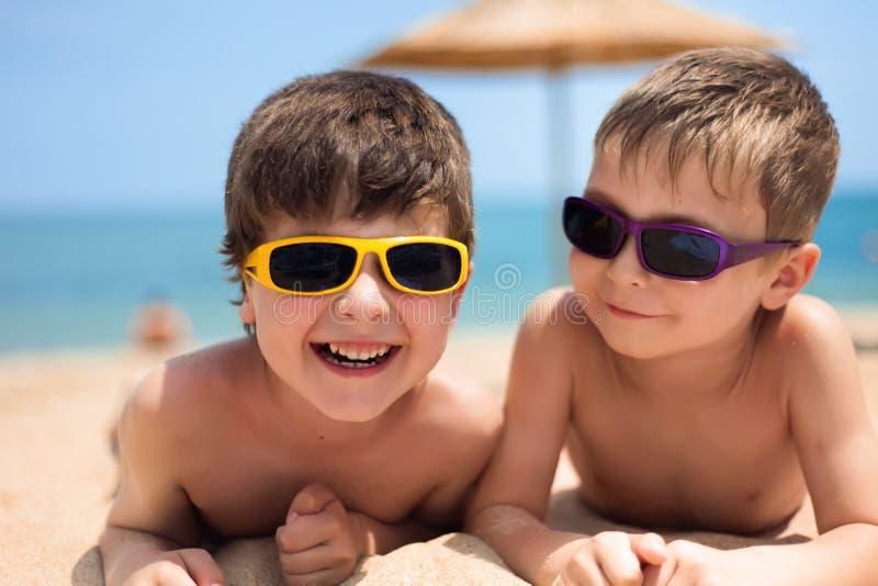 Dos niños en la playa imagen de archivo