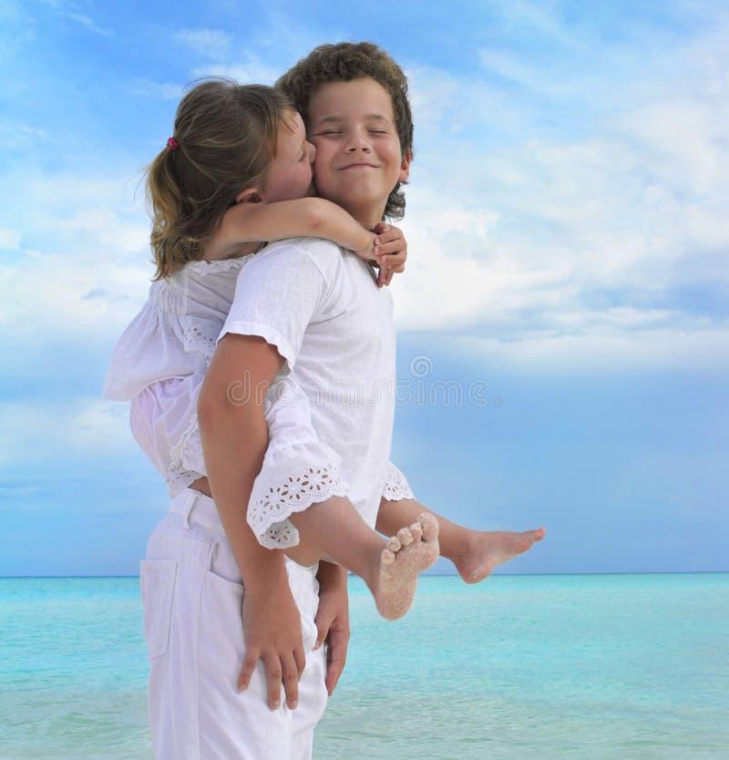Dos niños en la playa imagen de archivo libre de regalías