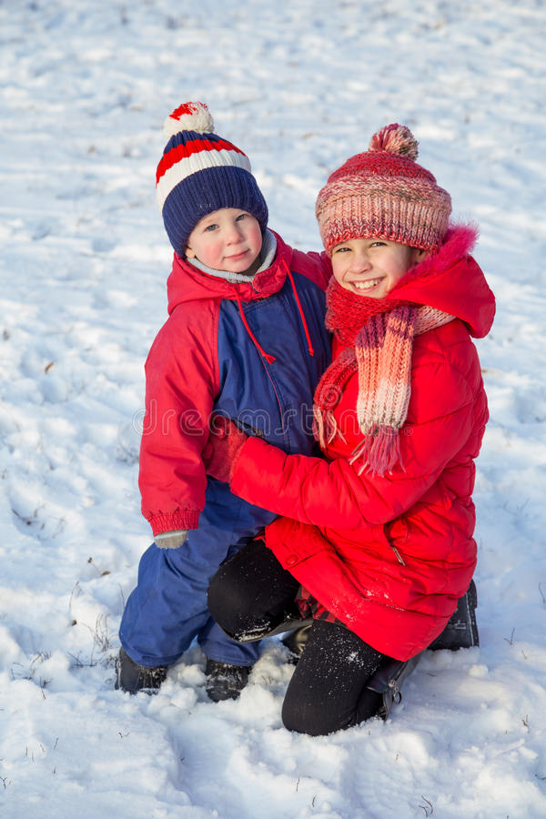Dos niños felices en invierno visten al aire libre fotografía de archivo