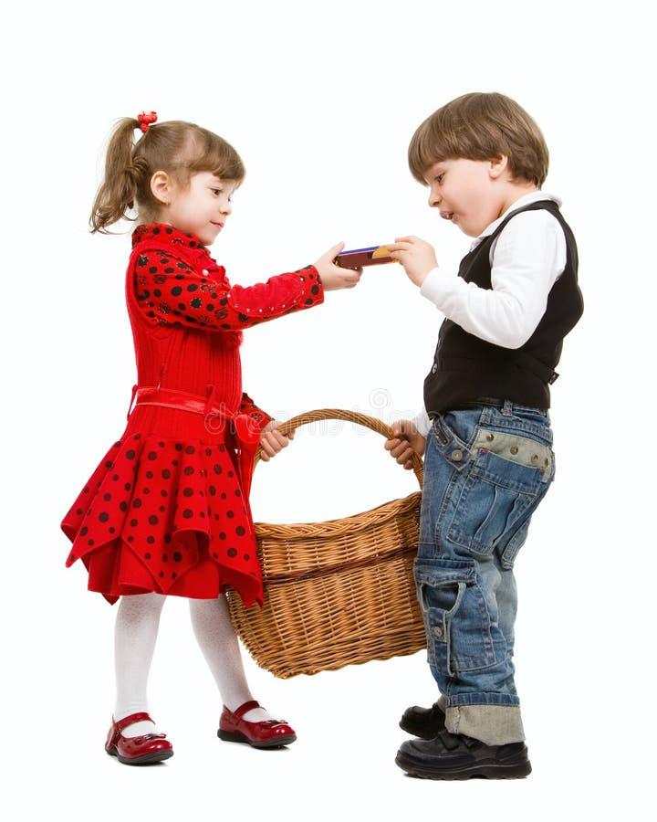 Dos niños hermosos con la cesta fotografía de archivo