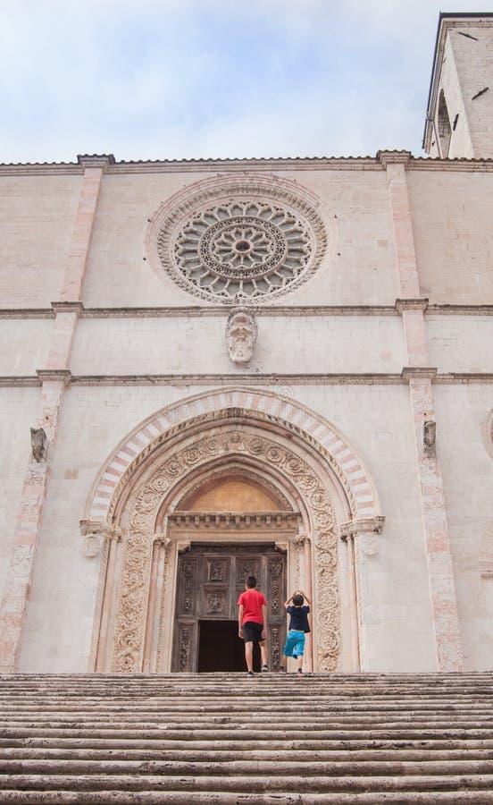 Dos niños miran el frente de la catedral del anuncio de imagenes de archivo