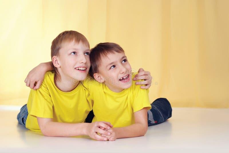Dos niños pequeños imagen de archivo libre de regalías