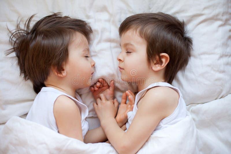 Dos niños pequeños, durmiendo por la tarde imagenes de archivo