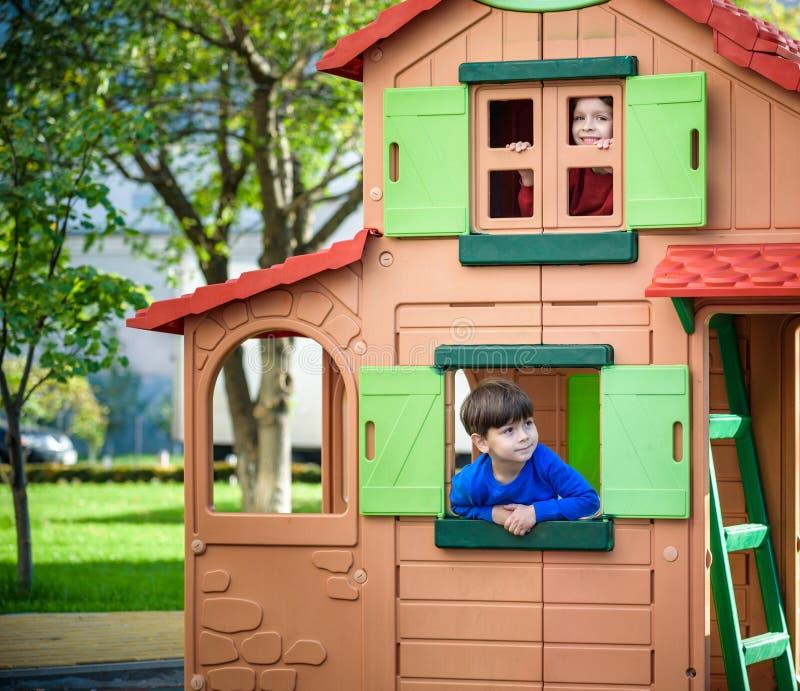 Dos niños pequeños que juegan junto y que se divierten Momento de la familia de la forma de vida de hermanos en patio Los amigos  imagen de archivo