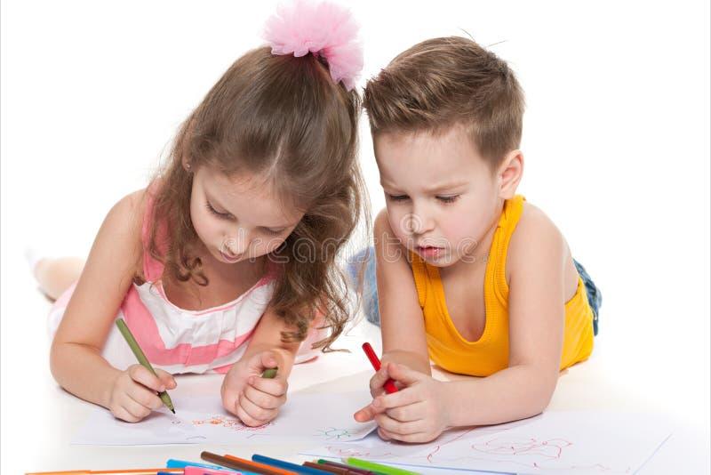 Dos Niños Que Dibujan En El Papel Imagen de archivo - Imagen de ...