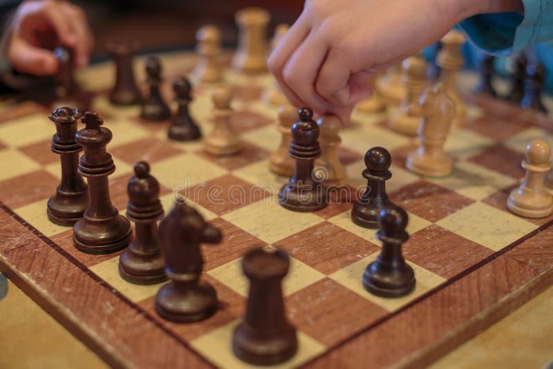 Dos niños que juegan a ajedrez foto de archivo