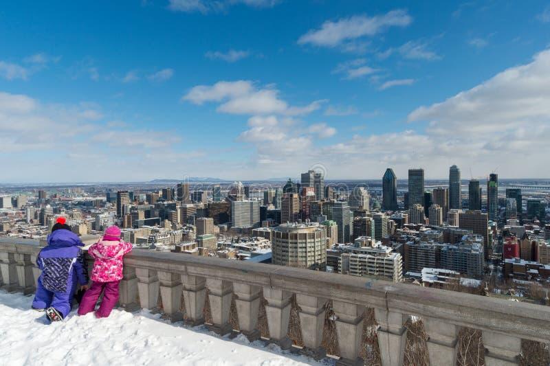 Dos niños que miran el horizonte de Montreal foto de archivo