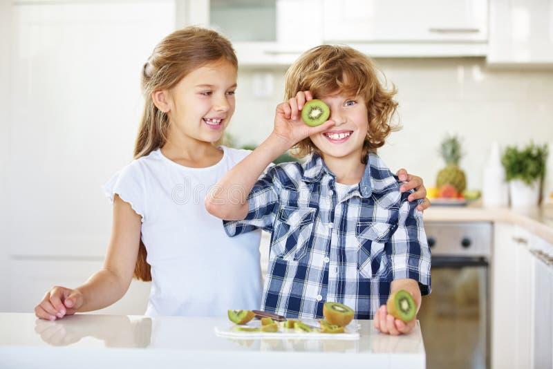 Dos niños que se divierten con las frutas foto de archivo libre de regalías