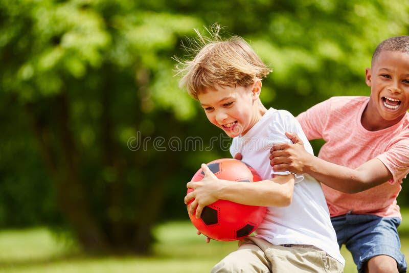 Dos niños que se divierten en verano imagen de archivo