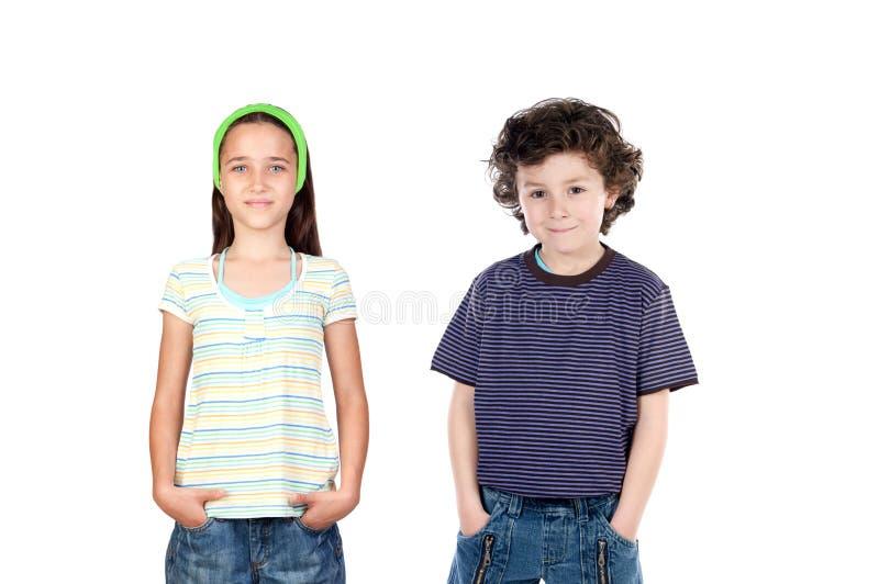 Dos niños sus manos en los bolsillos foto de archivo