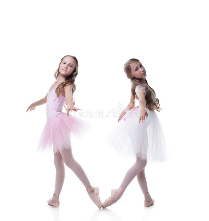 Dos novia-bailarinas bonitas que presentan en la cámara fotos de archivo