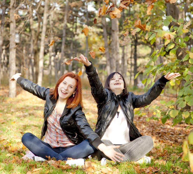 Dos novias en el parque del otoño. imagenes de archivo