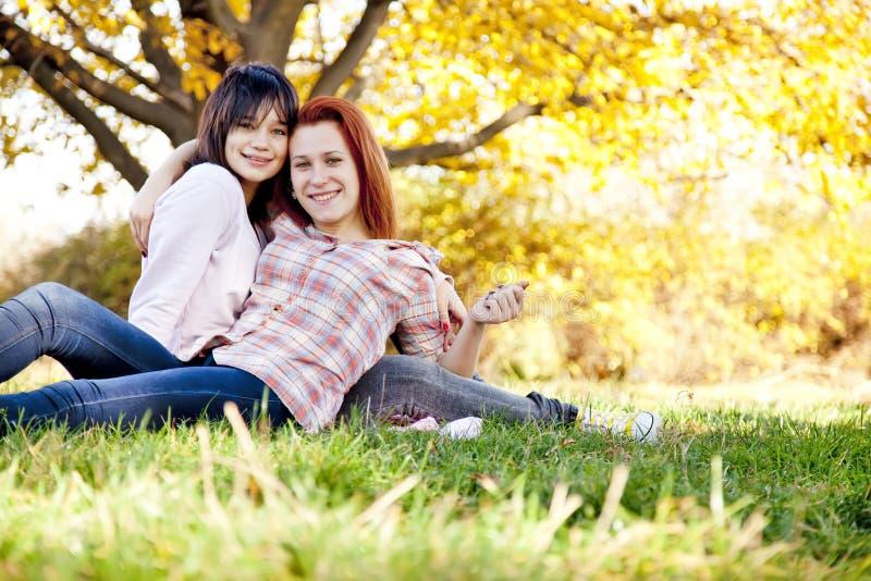 Dos novias hermosas en el parque del otoño imagenes de archivo
