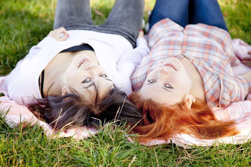 Dos novias hermosas en el parque del otoño fotos de archivo