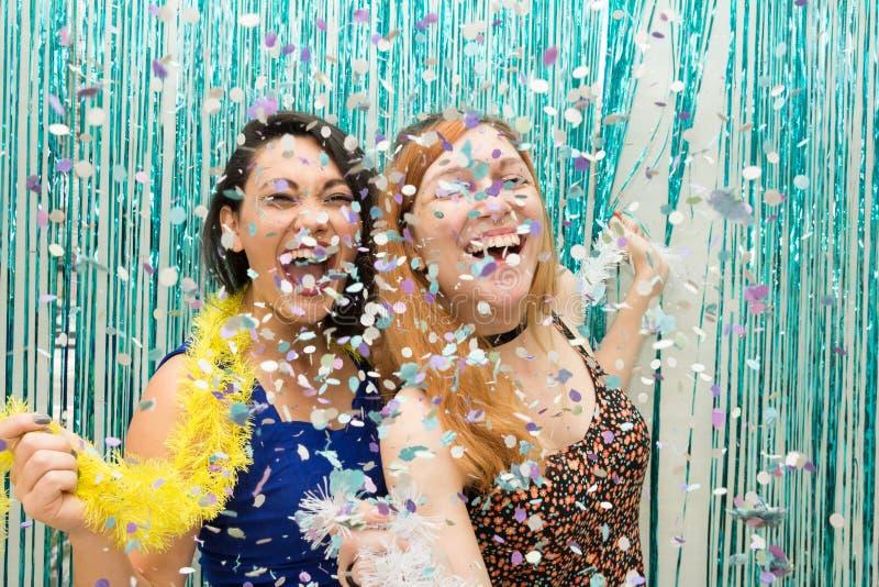 Dos novias que celebran la bufanda colorida de Carnaval y del desgaste imagen de archivo