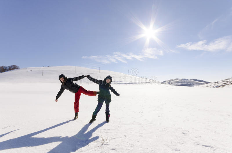 Dos novias se divierten y gozan de la nieve fresca fotos de archivo