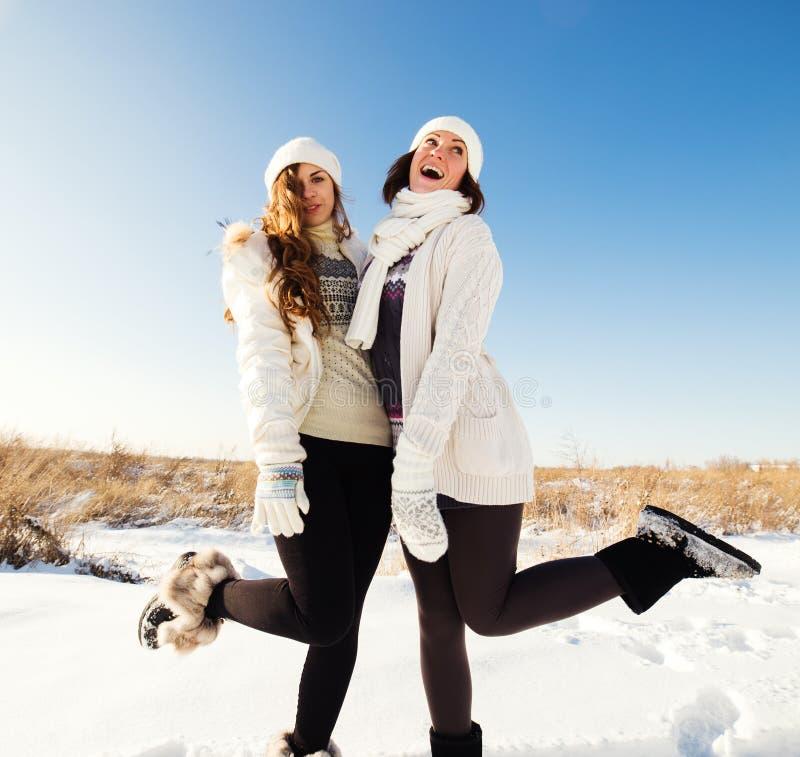 Dos novias se divierten y gozan de nieve fresca fotografía de archivo