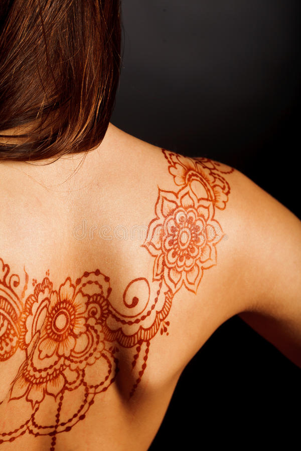 Dos nu de jeune fille avec le mehendi de tatouage de henné image libre de droits