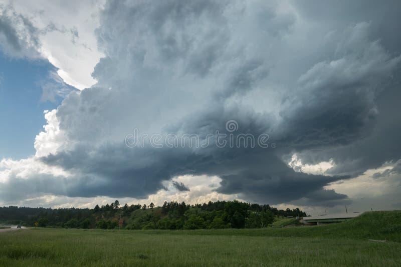 Dos nubes giratorias de la pared de una tempestad de truenos severa del supercell fotos de archivo