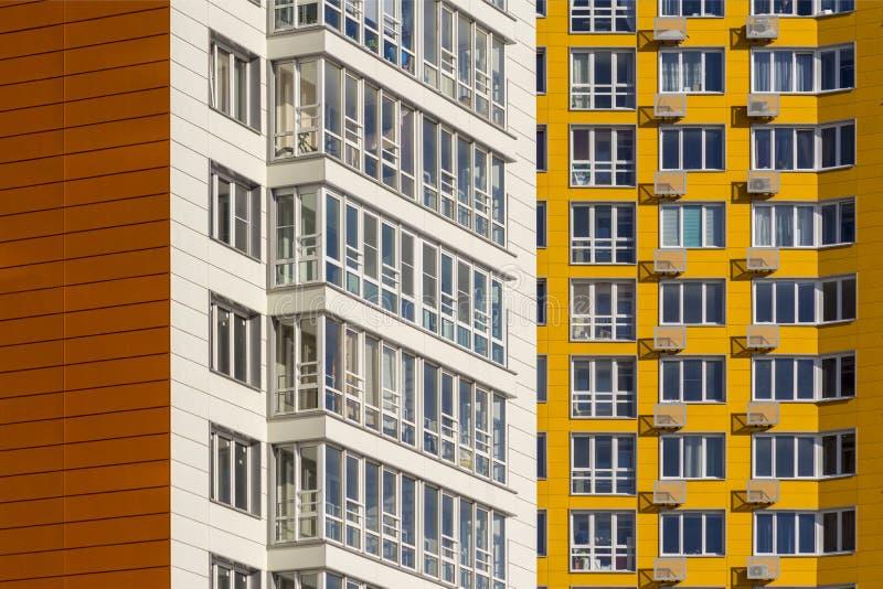 Dos nuevos edificios residenciales de gran altura Casas blancas y amarillas en nueva área foto de archivo libre de regalías