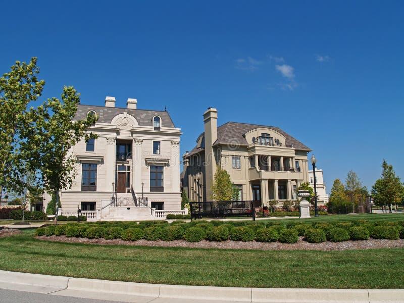 Dos nuevos hogares históricos enormes del estilo imagenes de archivo