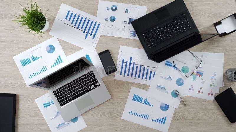 Dos ordenadores portátiles corporativos en la oficina grande, trabajo sobre el proyecto del negocio, visión superior fotografía de archivo
