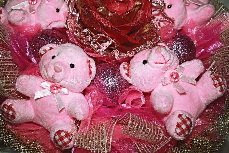 Dos osos de peluche en la composición original del color rosado. imagen de archivo libre de regalías