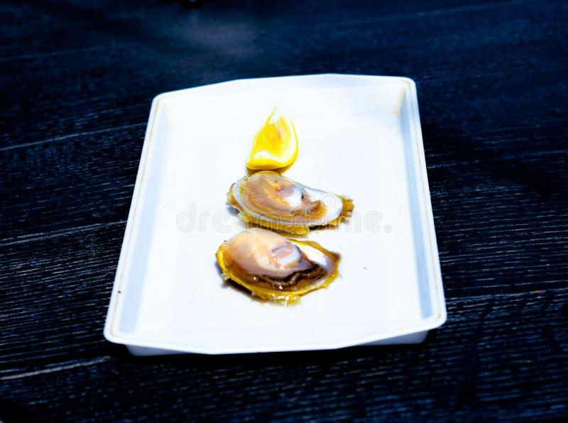 Dos ostras y una rebanada de limón fotos de archivo