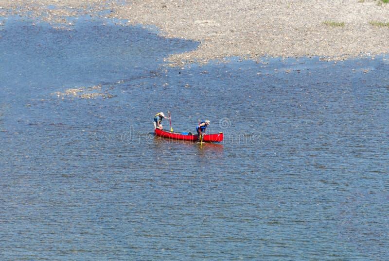 Dos paddlers que empujan una canoa fotos de archivo libres de regalías
