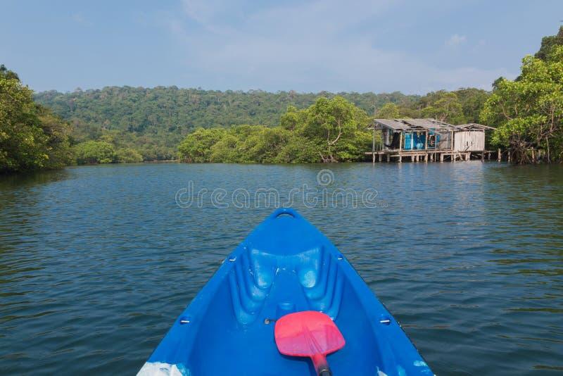 Dos paletas rojas están mintiendo en el kajak, Kayaking en un río fotos de archivo libres de regalías