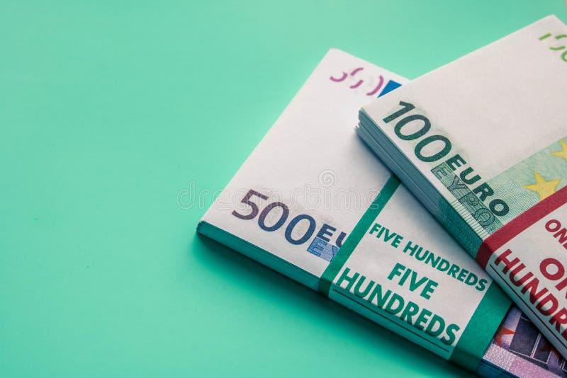 Dos paquetes de billetes de banco euro Un paquete de billetes de banco de 500 euros y un paquete de billetes de banco de 100 euro foto de archivo libre de regalías