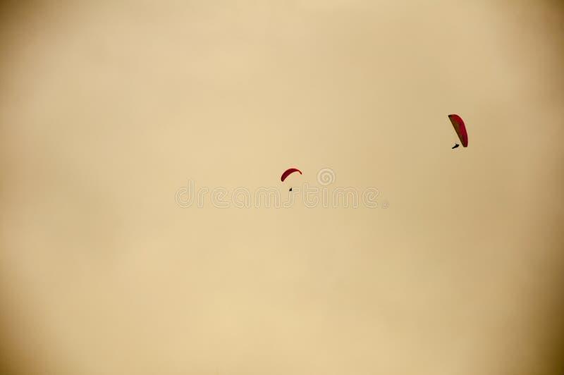 Dos paracaídas en el cielo fotografía de archivo