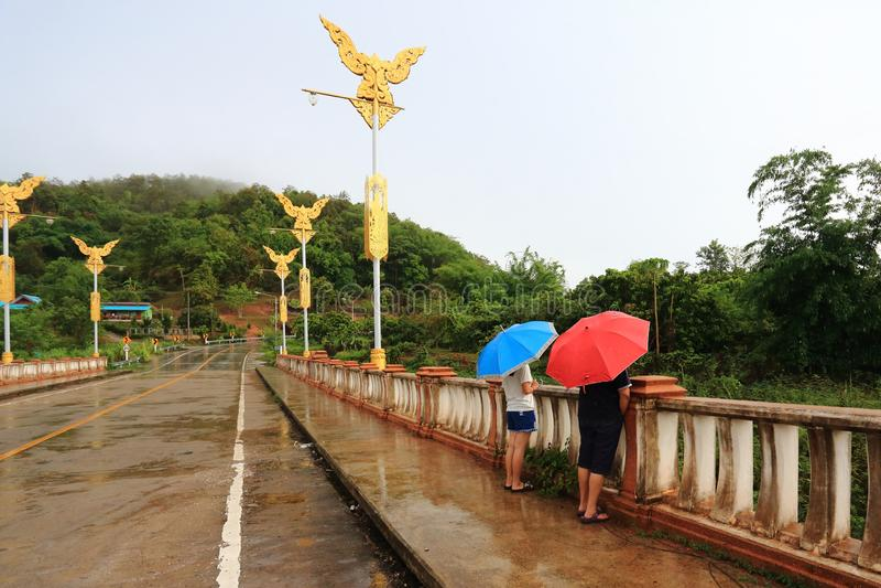Dos paraguas del control de las personas en el puente fotografía de archivo