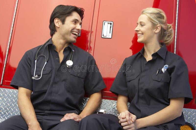 Dos paramédicos que ríen junto imagen de archivo