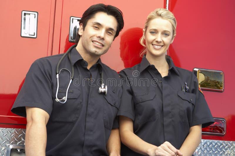 Dos paramédicos que ríen junto imagenes de archivo