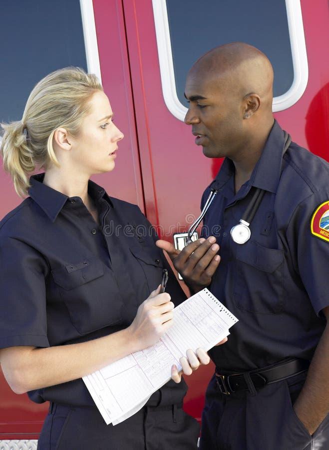 Dos paramédicos que tienen discusión imagen de archivo libre de regalías