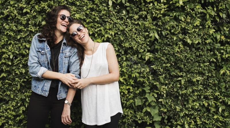 Dos pares conceito lésbica junto fora fotos de stock