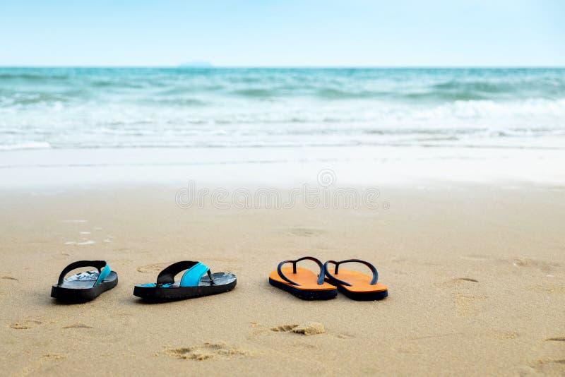 Dos pares de la sandalia en la playa, Scence romántico del amante en el V fotografía de archivo