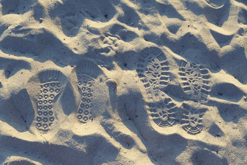 Dos pares de pasos en una arena Rastros del amor togetherness fotos de archivo