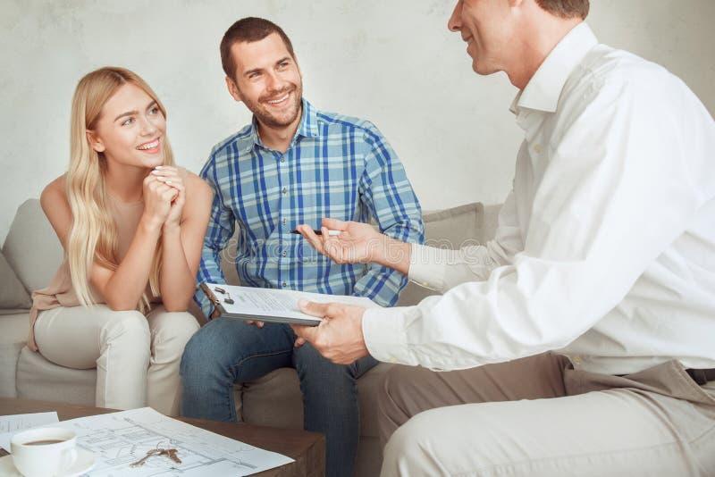 Dos pares do aluguel do apartamento bens imobiliários novos junto imagem de stock royalty free