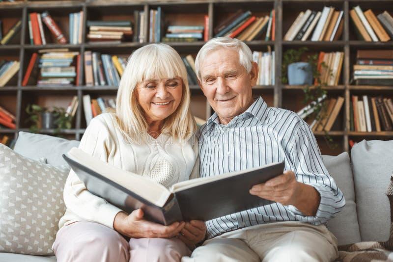 Dos pares opinião dianteira superior de álbum de fotografia do conceito da aposentadoria junto em casa fotografia de stock