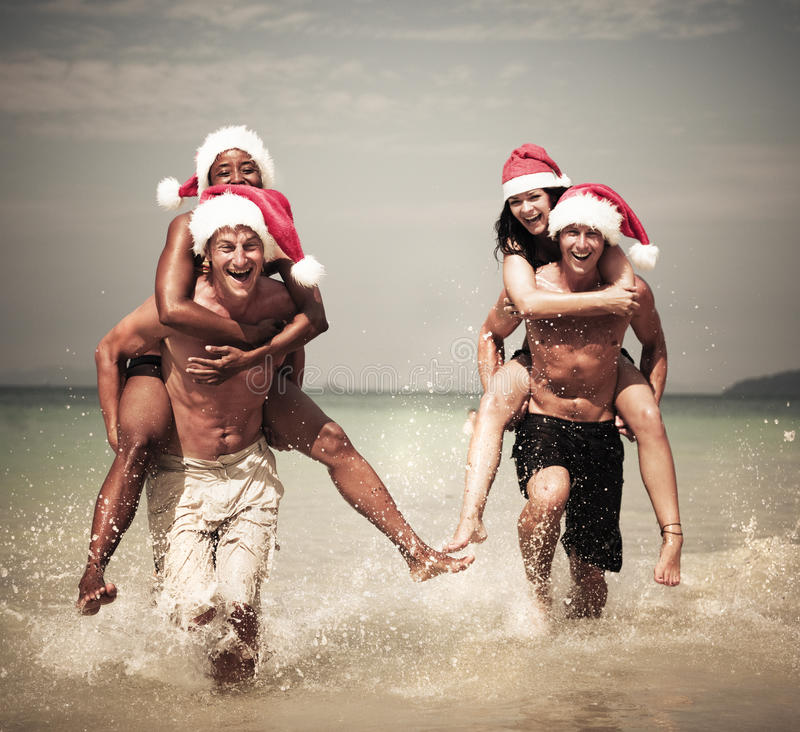 Dos pares que celebran en la playa fotos de archivo