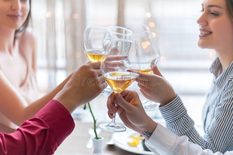 Dos pares que tuestan en la celebración en el restaurante imagen de archivo