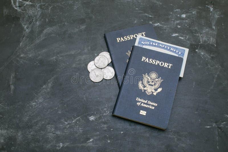 Dos pasaportes americanos y tarjeta de Seguridad Social en fondo negro fotografía de archivo libre de regalías