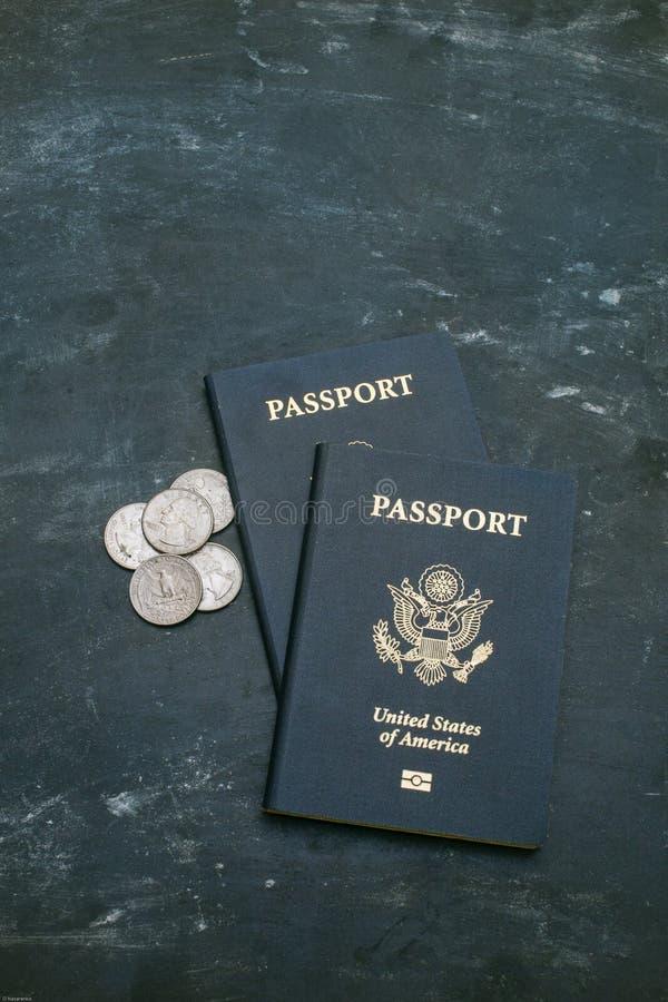 Dos pasaportes de los E.E.U.U. en fondo negro fotografía de archivo