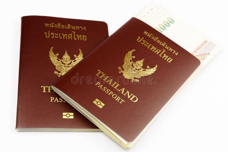 Dos pasaportes de Tailandia con el billete de banco tailandés fotos de archivo