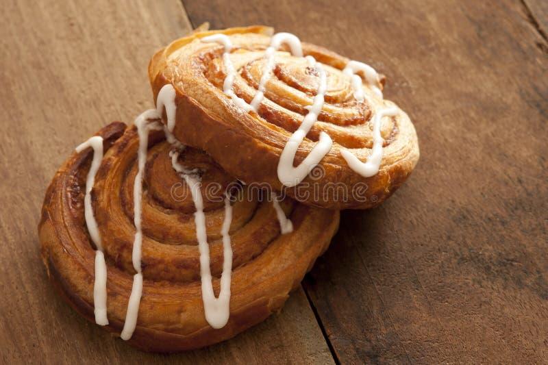 Dos pasteles daneses recientemente cocidos deliciosos imagen de archivo