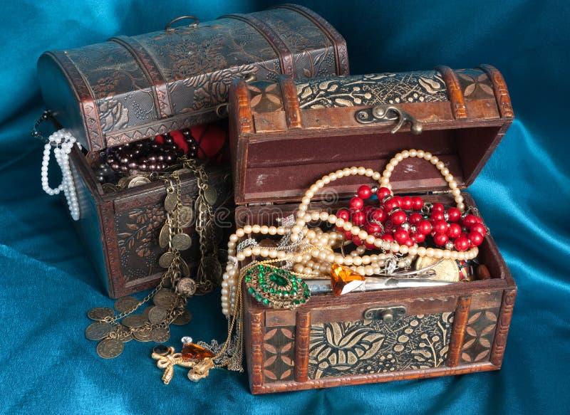 Dos pechos de tesoro de madera imagenes de archivo