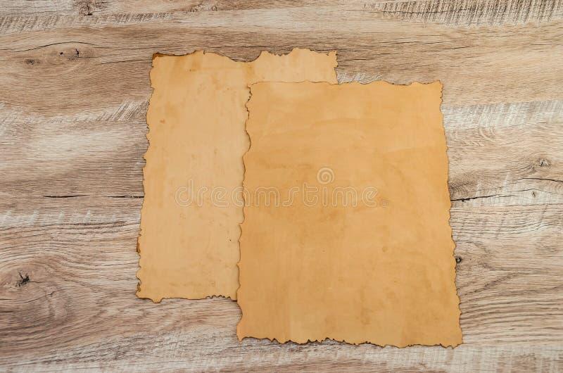 Dos pedazos de papiro en un fondo de madera imágenes de archivo libres de regalías